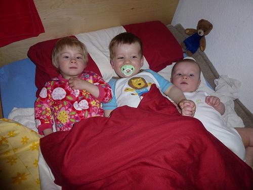 Alle Kinder in einem Bett