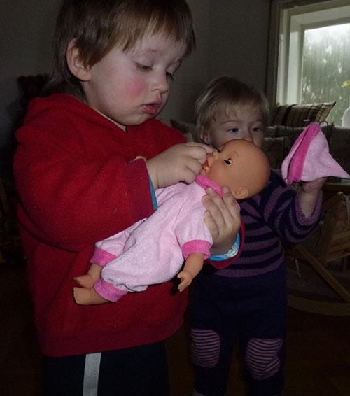 Mit der Babypuppe üben