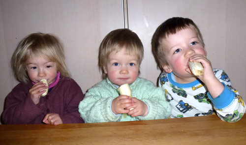 Drei essen Banane