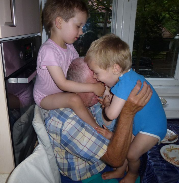 drei-kinder-nehmen-opa-in-angriff