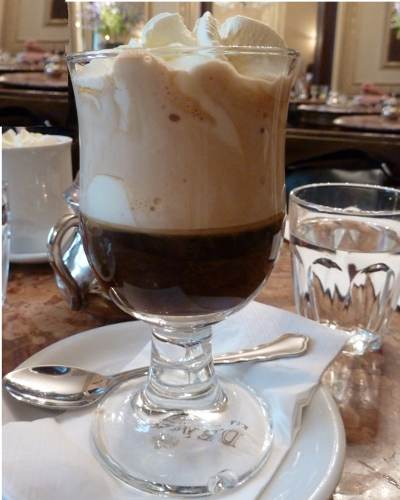 Einspänner Doppelter Espresso mit Sahne