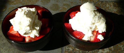 2x Erdbeeren mit einem kräftigen Schlag Obers (Schlagsahne)