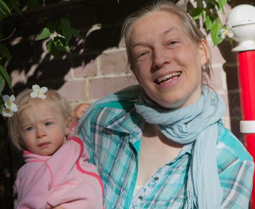 Hannah mit Mama und Blüte im Haar