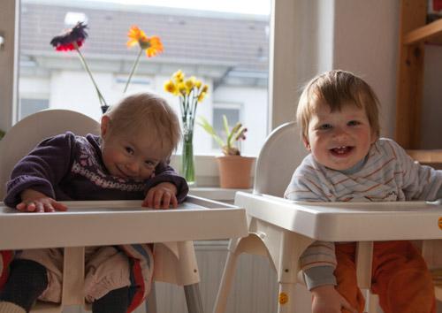 Hannah und Lukas im Hochstuhl