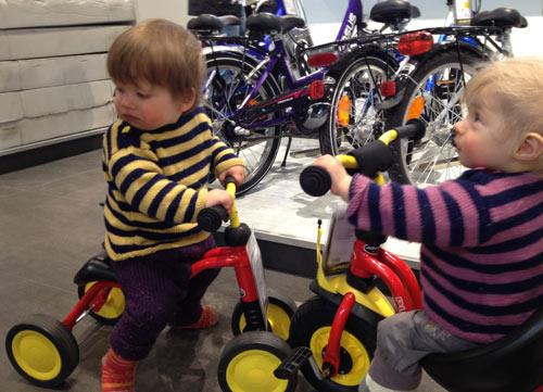 Hannah und Lukas auf einem Kinderrad