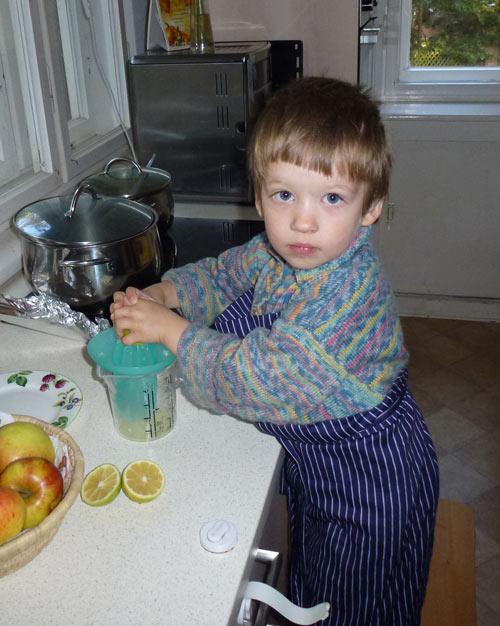 Lukas beim Kochen