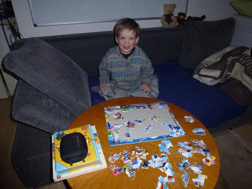 Lukas puzzelt ohne Hilfe
