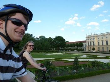 Mit dem Rad fahren wir durch den Schlosspark Charlottenburg im Juni 2010