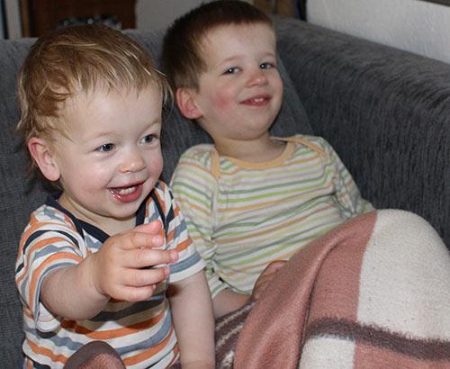 Zwei Brüder auf dem Sofa