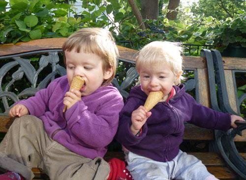 Zwillinge beim Eis Essen